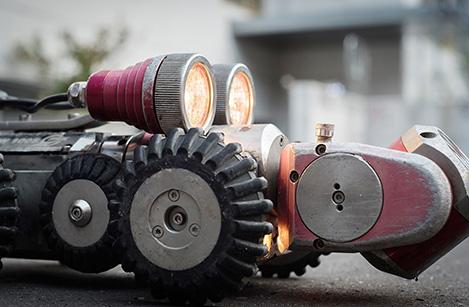 Pour les plus grands tuyaux et les examens de canalisations, on utilise une caméra mobile équipée de puissants projecteurs halogènes.